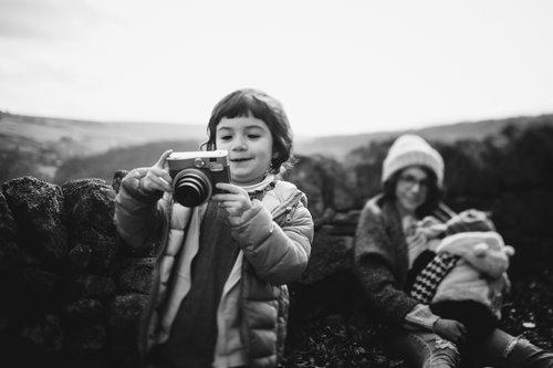 عکس بی هوا از کودک در حال بازی